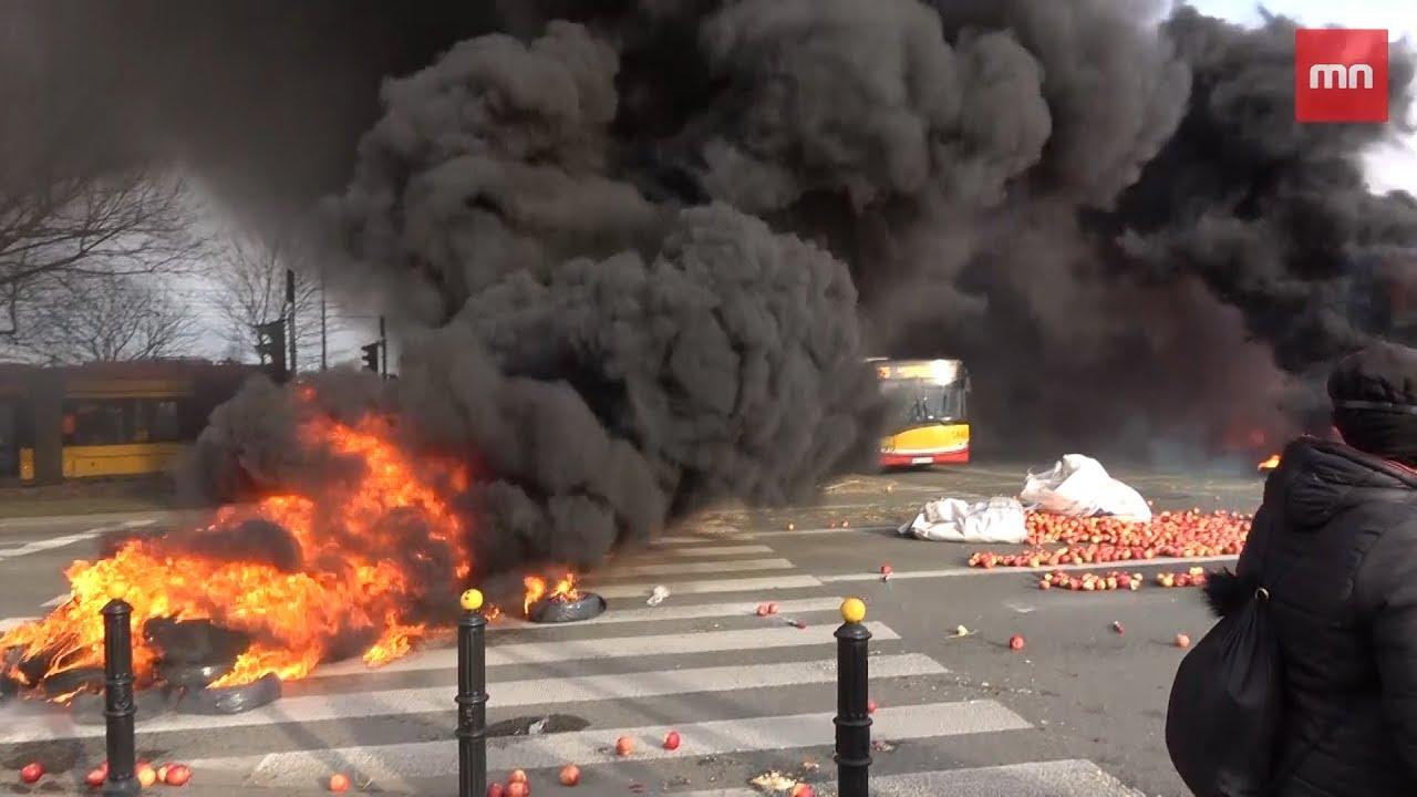 [Pilne] Płoną opony w Warszawie – Rolnicy blokują rondo Zawiszy